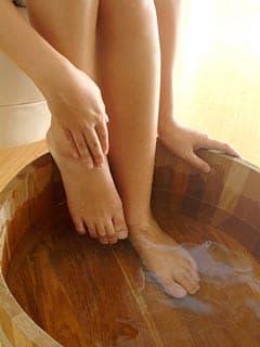 ดูแลเท้า สร้างฐานของชีวิต การแช่เท้าด้วยน้ำอุ่น หรือน้ำร้อน รักษาโรค
